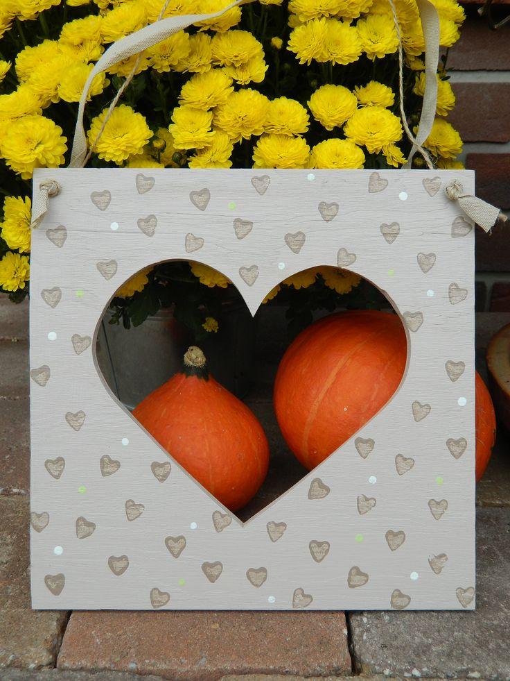 Rámeček se srdíčkem Dřevěná dekorace.Možnost zavěšení nebo použít jako rámeček na fotografii. Velikost 225x220
