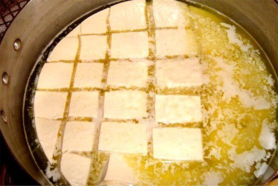 SA FRUE il quasi formaggio Poco più di un semplice latte coagulato, sa frue da sempre è stato uno dei pasti più a portata di mano per i pastori sardi, che lo realizzavano col latte appena munto. E forse lo è ancora oggi Prodotto più o meno in tutto il territorio sardo, è originario dell'Ogliastra e della Barbagia in provincia di Nuoro, dove si utilizza latte caprino, e di Sarrabus in provincia di Cagliari, dove viene usato anche latte ovino, come nel resto della regione. Realizzato con…