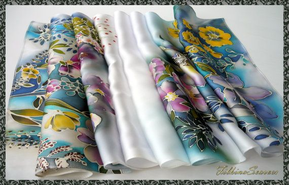 À la main peint soie foulard nuit fleurs soie Satin peint à la main foulard femme soie foulards de soie peinture à la main Batik Art de Saint-Valentin cadeau  FOULARD SATIN en SOIE peinte à la MAIN - 100 % soie  Ce foulard de soie peint est inspiré par inondé de fleurs de lumière du soir.  Cette écharpe en satin soie unique saura vous apporter bonne humeur et l'accent individuel dans vos vêtements  Le tissu est 100 % Satin de soie. Il est tissé avec une armure satin, où les fils de chaîne…