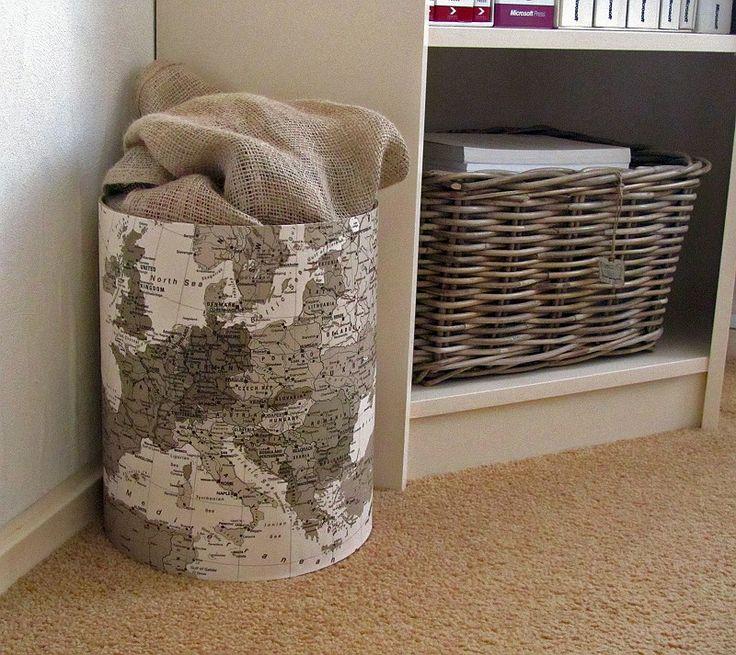 Plastic zakken opbergen. ton van een wasmiddel beplakken met een sepia landkaart, jute zak van sinterklaas erin. handig om bijv. plastic zakken op te bergen.