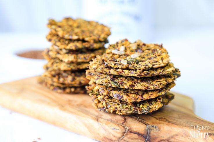 Knusprige, glutenfreie Leinsamen Cracker mit Kurkuma, Sonnenblumenkernen und Kürbiskernen. Natürlich vegan und super köstlich.