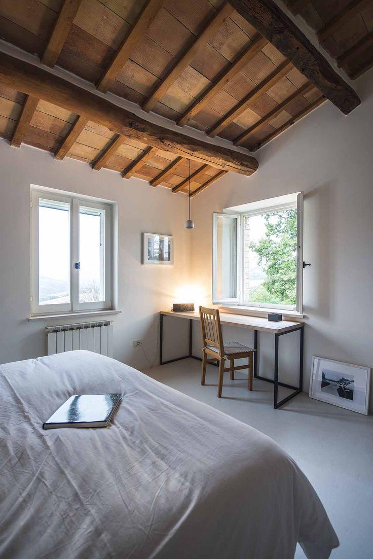 Landelijk vakantiehuis met een fenomenaal uitzicht - Roomed | roomed.nl   Minimalistic bedroom in a French home