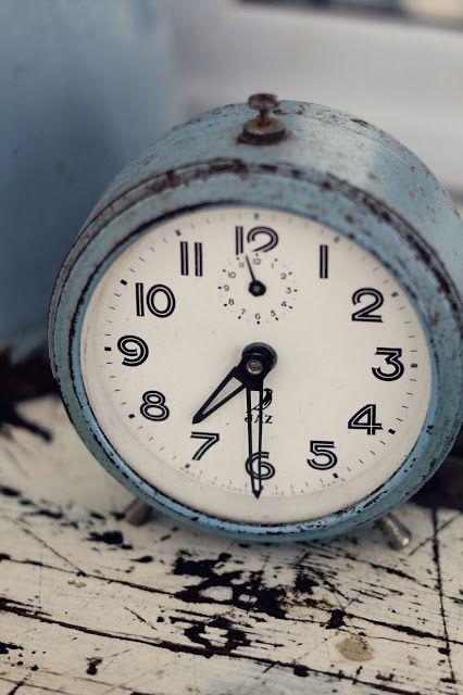Melinda Reyes Lifestyle: Decorating with Vintage Blues- Ideas, Tips, and Tutorials  I love old clocks...