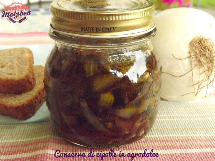 La conserva di cipolle in agrodolce è una vera delizia, perfetta per accompagnare la carne, o anche servita su dei crostini di pane come antipasto