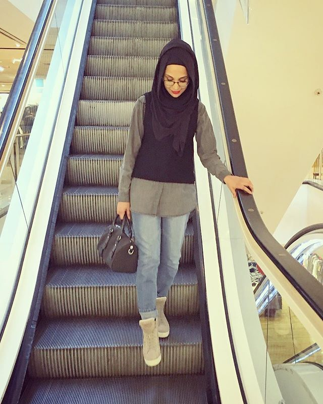 Happy Saturday! Out shopping today for Eid presents and a last minute outfit for Ibraheem. Princess has had hers ready for ages - always easier shopping for girls! ❤️ Outfit deets:  Comfort Hoojab @pearldaisyltd  Oversized shirt @asos  Sleeveless knit @riverisland  Bag @calvinklein  Slim boyfriend jeans @boohoo  Shoes @prada
