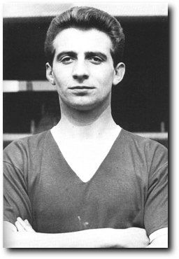 David Pegg  +  Dead in the crash. David Pegg, né le 20 septembre 1935 à Doncaster, mort le 6 février 1958 à Munich, dans la catastrophe aérienne du même nom, est un ancien footballeur anglais, qui évoluait au poste d'ailier gauche à Manchester United et en équipe d'Angleterre.