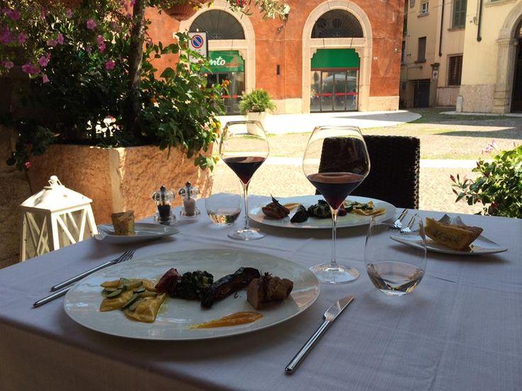 I nostri ospiti hanno scelto per pranzo lo sfizioso Daily Lunch #alcristo, che oggi prevede Ravioli di pasta fresca con cuore di Robiola e Zucchine, Filetto di Maialino Iberico con senape all'arancia, contorno di verdure e una fetta del dolce del giorno!