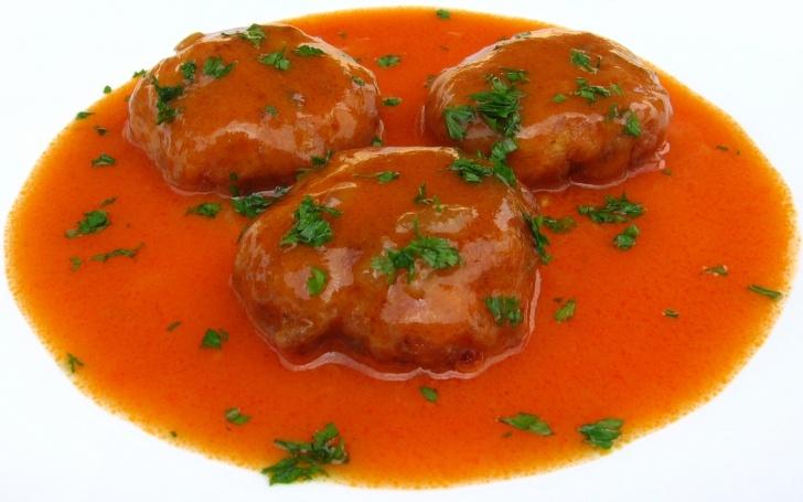 Chifteluţe de pui în sos de roşii