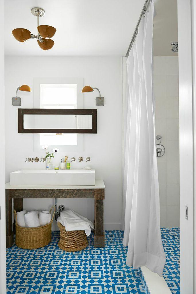 Душевые кабины в маленьких ванных (44 фото): удобное и практичное решение http://happymodern.ru/dushevye-kabiny-v-malenkix-vannyx-44-foto-udobnoe-i-praktichnoe-reshenie/ Для экономии места вместо дверей душа можно использовать раздвижные занавески