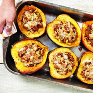 #Courge farcie de chair à la saucisse    http://selection.readersdigest.ca/cuisine/cuisiner/8-recettes-de-courges-pour-savourer-l-automne
