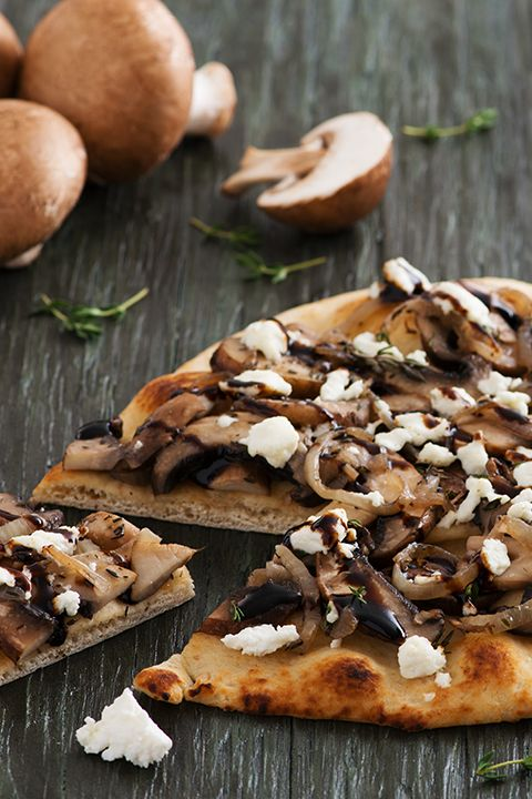 INGREDIENTS BY SAPUTO | Looking for healthy vegetarian meal ideas that taste great? It's hard to resist this naan flatbread pizza recipe, topped with mushrooms, onions and Woolwich Goat Cheese!