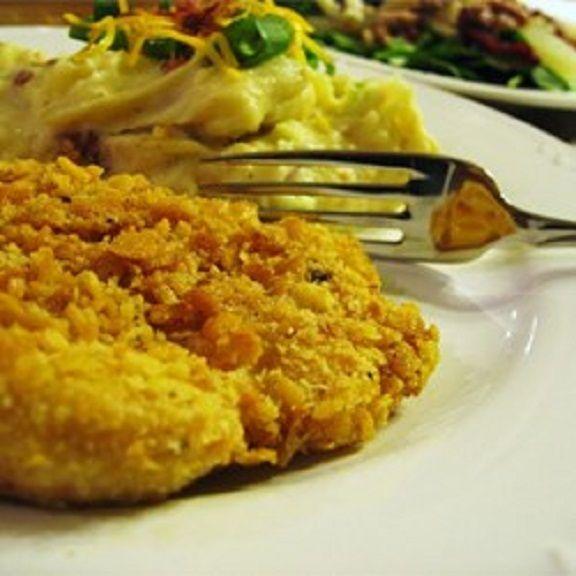 Kuracie prsia obalené vo vajcii a strúhanke, upečené na masle. Naozaj výborná chuť!