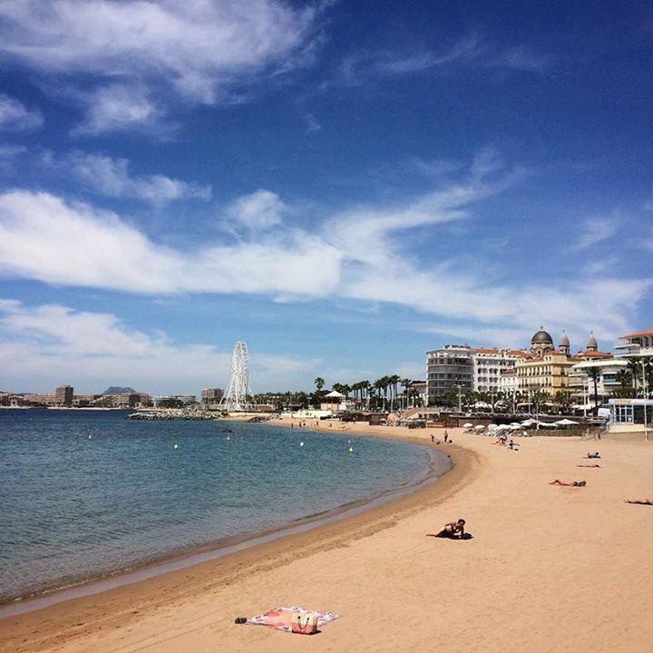 Plage du veillat à St-Raphael #sable #mer #soleil #bronzer #farniente #beach #sand #sea #sun #mysaintraphael #detente #ville #city #var #visitvar #visitesterel #saintraphael #levarois #cotedazur #cotedazurfrance #cotesazurnow #frenchriviera #french #france #bleu #blue http://ift.tt/2qnC1Mq