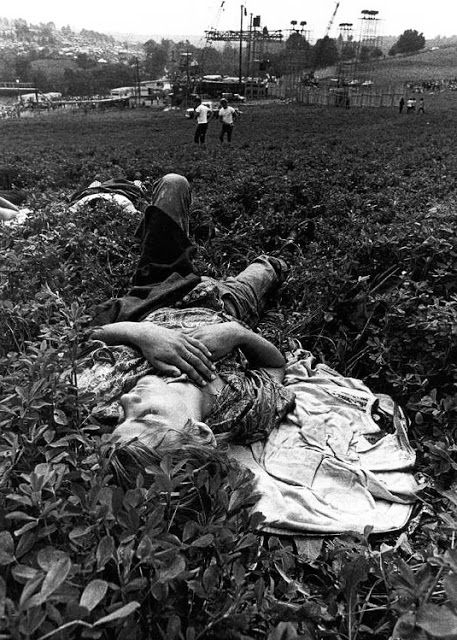 vintage everyday: Photos of Life at Woodstock Festival 1969 / taking a rest?