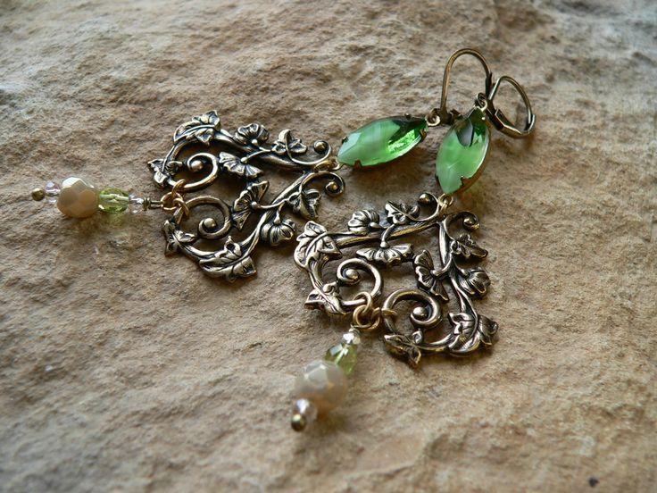 Ohrringe -Waldjuwelen- viktorianische Ohrringe, Jugendstilschmuck, grüne Ohrringe, Messing antik, Blüten Ohrringe, creme, grün, Fantasy von Elbenfunkelschmiede auf Etsy