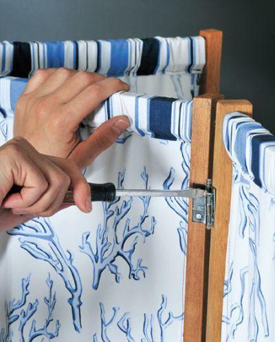 Se você está precisando de uma peça para dividir um ambiente, faça um biombo com tecido e madeira, que além de funcional ainda servirá como objeto de