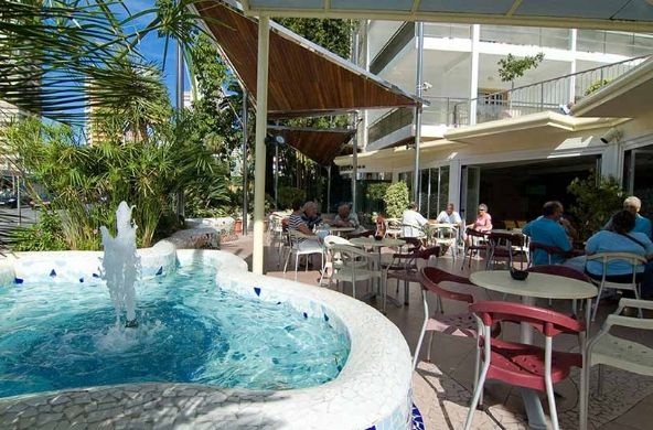 Hotel en benidorm con un bar sal n principal servicio de for Piscina climatizada benidorm