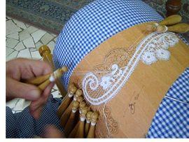 Il pizzo di Cantù: la città lombarda è una dei riferimenti internazionali per la lavorazione del merletto attraverso l'uso dei fuselli del tombolo.