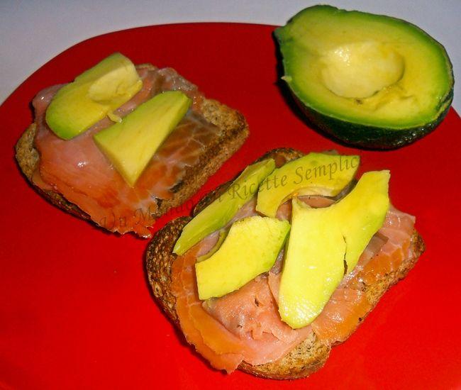 Pane tostato con salmone e avocado