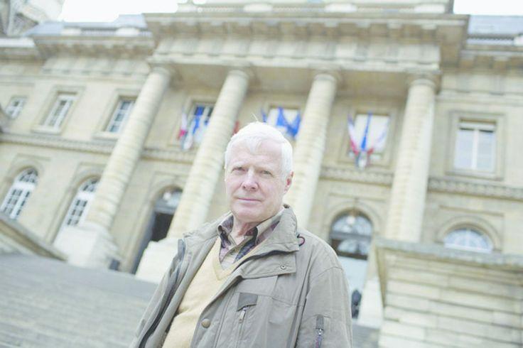 A. Bamberski a fait enlever D. Krombach, condamné par contumace à 15 ans de prison pour le meurtre de sa fille Kalinka en 1982. Le Dr Krombach est retrouvé ligoté et bâillonné devant le tribunal de Mulhouse. L'homme se cachait outre-Rhin pour échapper à la prison, sans que ni la France ni l'Allemagne arrivent à lui mettre la main dessus.