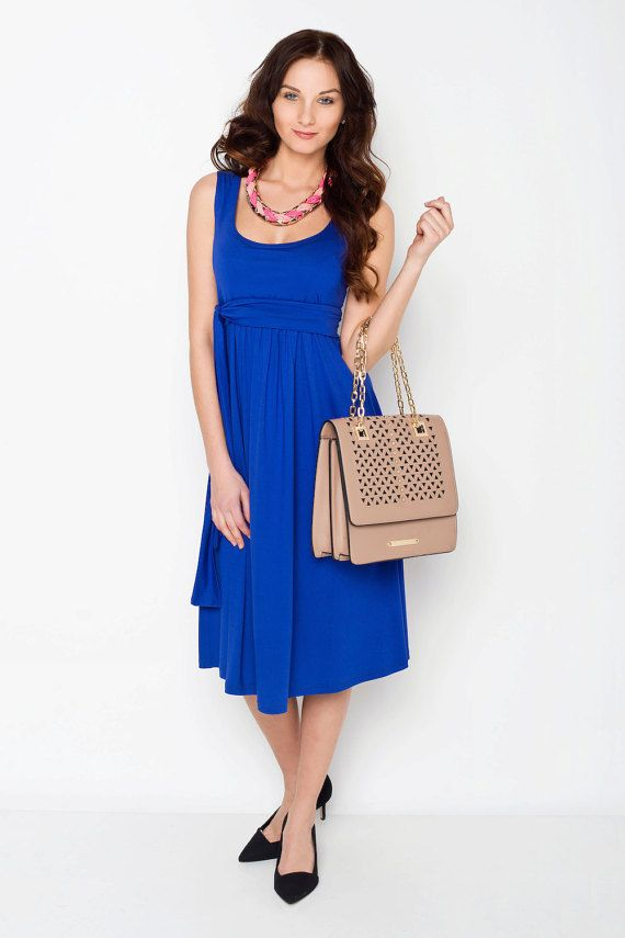 Viva la Mama | Nursing dress VERANO (cobalt blue). This dress is your beautiful companion during the pregnancy, for discreet breastfeeding and after the nursing period. The dress is a wonderful gift for Valentine's Day, birth or baby shower! With its integrated sash to be knotted below the breast, the dress is perfect for moms with or without a baby bump. It can be varied for different occasions, from elegant to casual. Time to get VERANO for your summer maternity wardrobe!