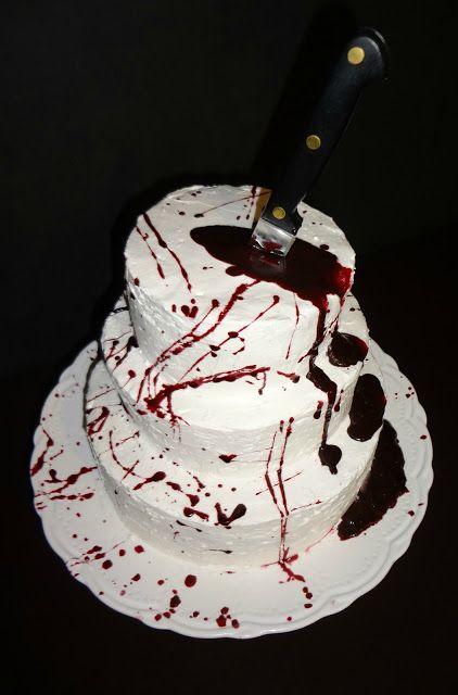 Mermelada o chocolate rojo oscuro en el centro y cuando lo corte se derrame por el pastel ♡