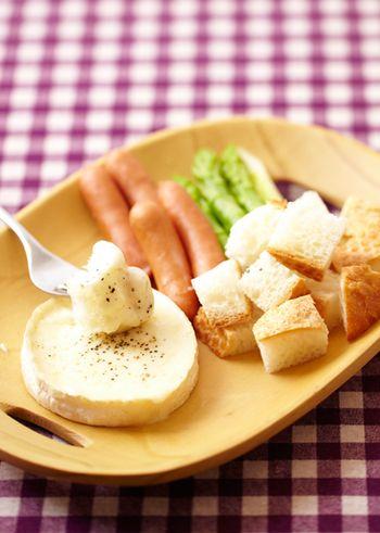 カマンベールチーズを使えば、おひとり様でも簡単にできちゃいます。 チーズの上部をそぎ切りにし、耐熱容器に入れて電子レンジで1分加熱。一度取り出してスプーンで混ぜ、さらに電子レンジで加熱し、黒こしょうをふれば完成です。