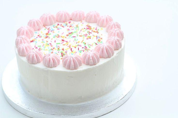Nem hjemmelavet islagkage, det er faktisk slet ikke så svært. Beslut dig for hvilken is og kage du vil bruge og så er det bare igang.