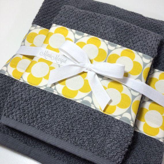 Coppia di asciugamani da bagno in spugna. Decorati con una balza in cotone 100%.  Scegliendo il colore degli asciugamani e il tipo di stoffa da abbinare potete personalizzare il vostro coordinato bagno. Potete scegliere uno stile moderno, romantico, etnico o come più vi piace! ATTENZIONE: le stoffe nella foto potrebbero non essere disponibili, contattatemi con un messaggio e sarà mia premura mostrarvi i tessuti disponibili.