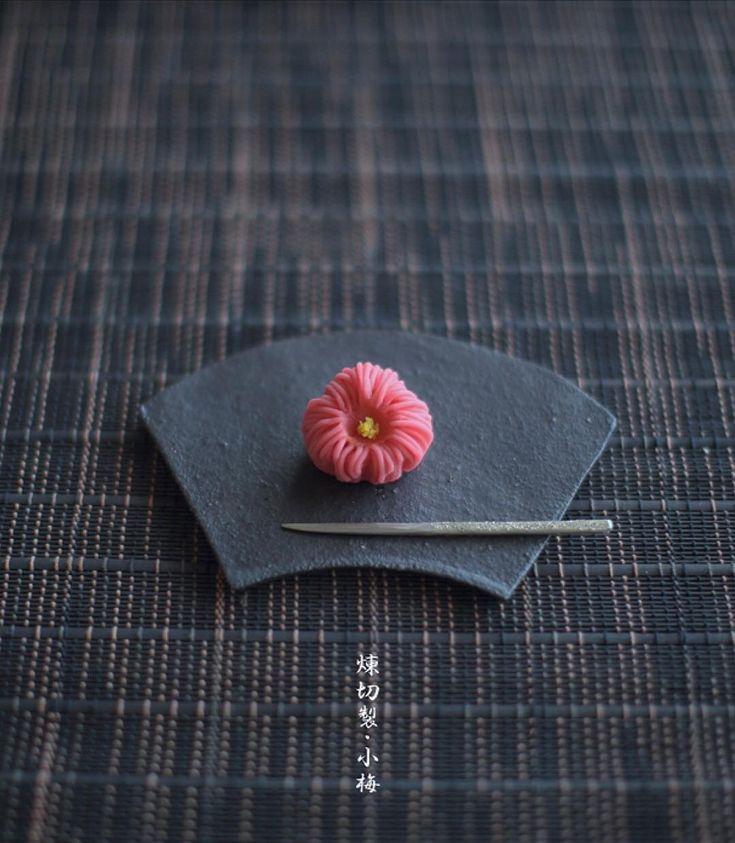 today, I made japanese confectionery nerikiri which express flower ume ▫️▫️▫️▫️▫️▫️▫️▫️▫️▫️▫️▫️▫️▫️▫️ こんばんは٩꒰๑• ̫•๑꒱۶♡ . 岡山県産備中白小豆を買ってあったのに、 なかなか炊くことができずに、先延ばしにしていたので、 今日こそは、と、いつもの二倍の500gで炊いてみたら、..... 量が多くて、いつもどうりに事が運ばず . こんな時間になっちゃいました . 今日のおやつは、新春用の和菓子の予行練習?で 「小梅」をつくりました。 . 福梅型にしたつもりだけど、 微妙、、かな、、 . 私なりの梅の花、作りたいなあ、、と考えて こんな梅の花になりました . . 器、、#伊藤千穂 . ▫️▫️▫️▫️▫️▫️▫️▫️▫️▫️▫️▫️▫️▫️▫️▫️▫️▫️▫️▫️▫️▫️▫️▫️▫️▫️▫️▫️▫️▫️▫️▫️▫️▫️▫️▫️▫️▫️#和菓子教室#和菓子#上生菓子#canon6d #japaneseculture#nisnup#wag...