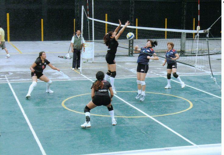 Bloqueo en la red, partido de preparación para el Nacional de Volibol, Vallarta 2008.