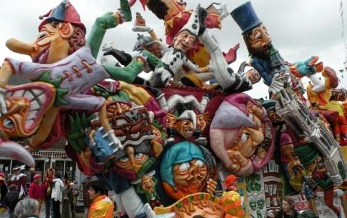 Carnaval in 't Kielegat (Breda) is altijd gezellig en zeker ook heel druk bezocht. Mensen van heinde en verre komen naar Breda om hier carnaval te vieren. WIj spelen hierop in, door onze Taxiservice om te 'dopen' tot Taxi Kielegat. Elk jaar opnieuw, blijkt dit een groter wordend succes. Veel Carnavalsvierders weten ons dan ook steeds weer te vinden voor hun (carnavals)dagelijks vervoer in stijl.