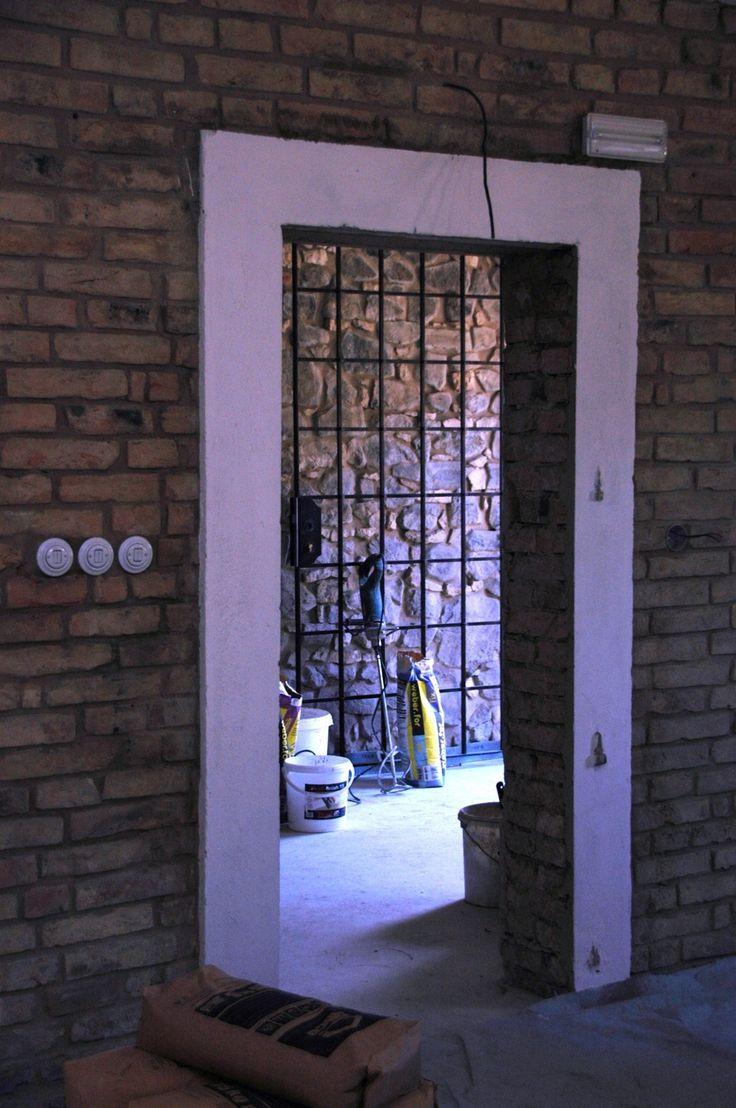 jemna rekonstrukce puvodni staje s bilymi obezdivkami okolo dveri