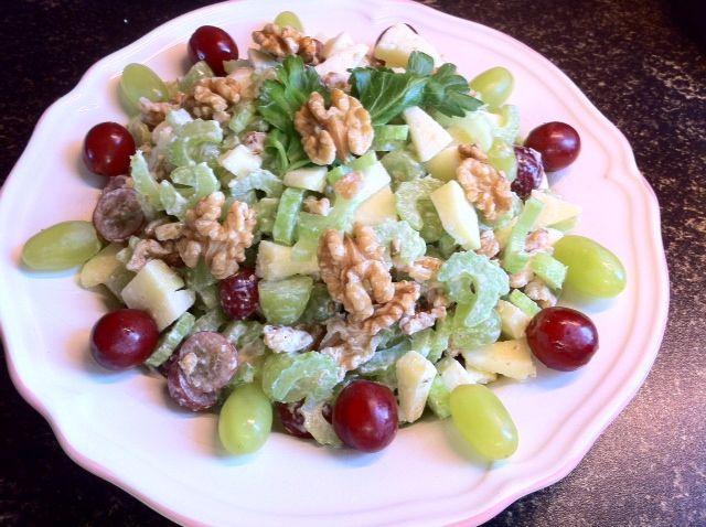 """Een eenvoudige, frisse, lekkere en gezonde salade. Slechts een kwestie van snijden, mengen, serveren en smullen. Benodigdheden: 250 gram rode en witte druiven ongezouten walnoten 2 appels Citroensap 4 """"stengels"""" bleekselderij Light mayonaise of yoghurtmayonaise Bereidingswijze: Begin met het snijden van de twee appels, snijd deze in kleine stukjes. Besprenkel de appelstukjes vervolgens met wat …"""