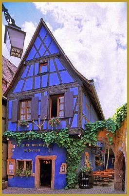 """La Winstub bleue """"Au Tire Bouchon"""", datant du XVIè siècle - Riquewihr, Haut-Rhin (France) - Crédit Photo : Yves Noto Campanella"""