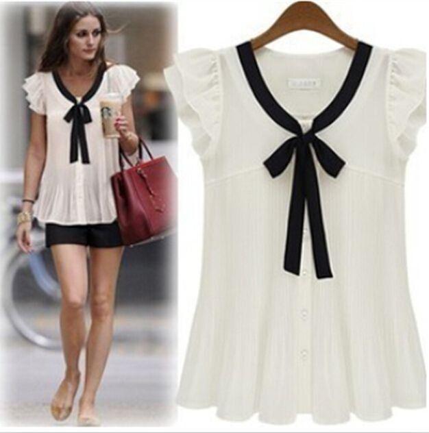 Blusa confeccionada em chiffon off white com efeito plissado, com laço preto no decote, que dá um charme especial na peça. A blusa possui mangas curtas de babadinhos e fechamento frontal por botões.