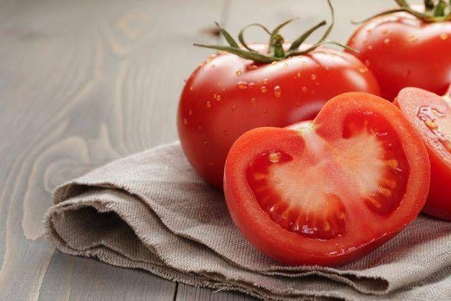 基本のトマトソースを手作りいまが旬のトマト。トマトに含まれるビタミンCと、リコピンの抗酸化作用が、夏の強い日差しと紫外線から肌を守ってくれるので、この季節にはぜひ摂取したい野菜です。  トマトは品種改良が進んでいて、いろいろな種類やサイズのものがあるため、どれにしようか悩んでしまう方も多いかもしれません。糖度が高いものや、酸味のバランスがいいものなどそれぞれ特徴がありますから、お好みにあわせてその