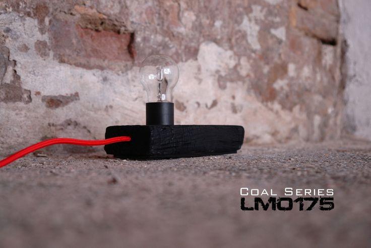 Coal series – LM0175 Il fuoco è luce. Lampada da appoggio in legno massello termo trattato con cavo elettrico ricoperto in cotone ross