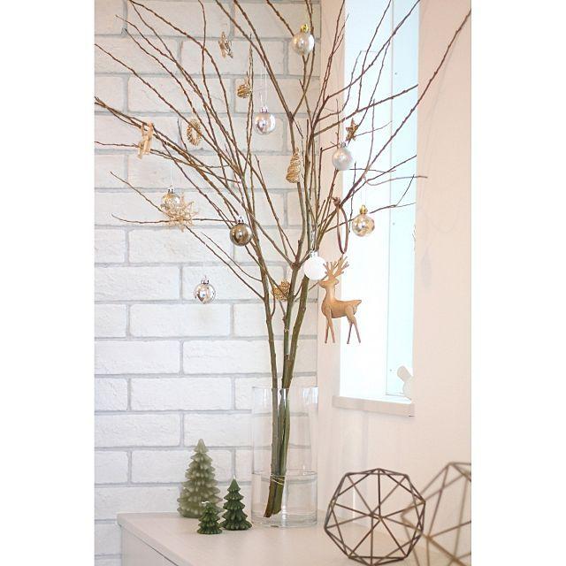 女性で、3LDK、家族住まいのクリスマス/石化柳/枝もの/玄関ディスプレイ/ブリックタイル/ストローオーナメント…などについてのインテリア実例を紹介。「クリスマスツリーで余ったオーナメントとストローオーナメントを枝に吊るしてみました* お正月になったら折り鶴でも吊るそうかなぁと考え中・・。( ̄▽ ̄)」(この写真は 2015-11-15 13:03:14 に共有されました)