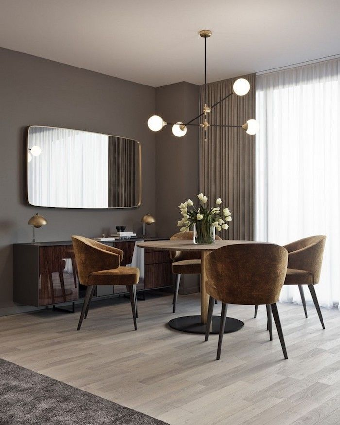 Schon Wandfarbe Grau, Braune Möbel, Tulpenstrauß In Glasvase, Helles Parkett