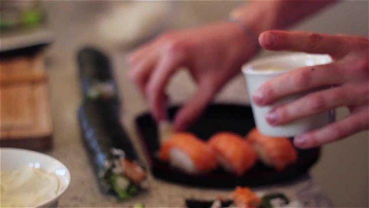 Sushi - Jak zrobić sushi z łososia i tuńczyka w domu? Przepis - Nigiri /...