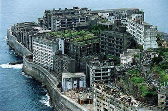 La isla de  Hashima ubicada en Japón. La isla estuvo poblada entre 1887 y 1974 como una mina de carbón.