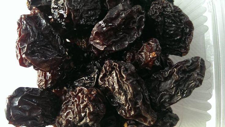 Prune dulci, gustoase si sanatoase uscate traditional in cuptor cu lemne  Sweet Plums, healthy and tasty  Prune uscate traditional in cuptor cu lemne. In procesul de deshidratare nu sunt folosite nici un fel de substante chimice sau fum. Sunt foarte dulci, gustoase si sanatoase si vi le oferim in caserole cu minim 200 grame de fructe.