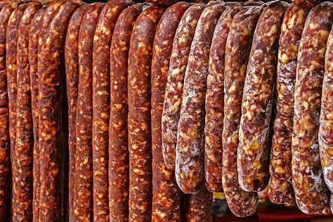 Cei mai buni cârnați de porc nu se cumpără de la magazin. Se fac acasă. Nu, nu e greu deloc, dacă respecți indicațiile simple de mai jos. 1. Toată carnea se spală, se curăţă de pieliţe şi se taie bucăţi. Se toacă şi se condimentează după preferinţe, cu sare, piper, usturoi pisat, cimbru şi condimente …