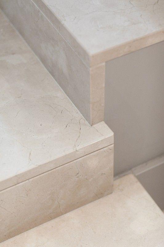 Proste schody wykonane z kamienia. Simple stairs made of stone.