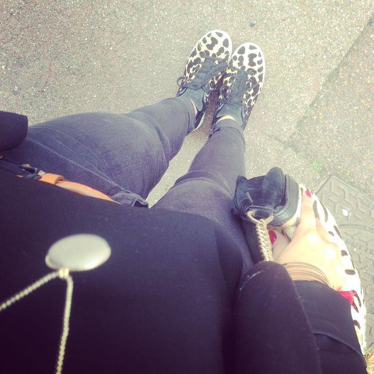 All Black ! ⚫️🐅 • Sneakers @adidasoriginals #stansmith ❤️ • Jean noir @Pimkie #Pimkie • Ceinture @camaieu #camaieu • Veste @etam #etam #myetam • Sac léopard @LaRedoute #laredoute #myredoute • Top *vide dressing entre filles* • Collier @emmaetchloe #emmaetchloe • Bracelet @stradivarius #stradi #stradivarius #outfit #outfitoftheday #fashion #lille #city #mode #fall #fashionfall #ootd #look #frenchie #lookalafrancaise #leopardlove #leopardaddict