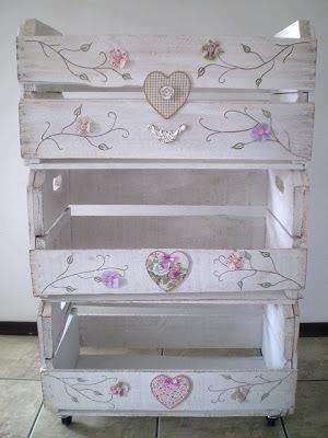 Con cajones de madera..una mesa de guardado para románticas !