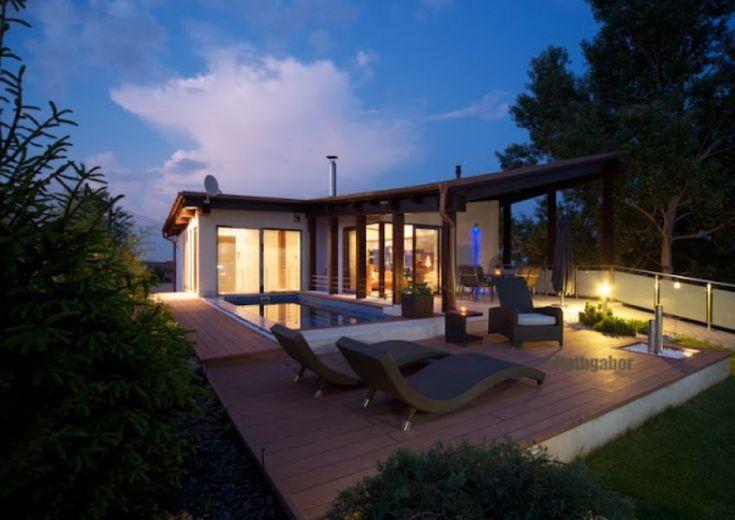 Minimál ház, szép kert - Minimal house with nice garden  A diósdligeti fenyvesek legszebb részén eladásra kínáljuk a környék legszebb panorámájú ingatlanát. Családi ház eladó Diósdliget 260 m² - HomeHunters - Ingatlanok