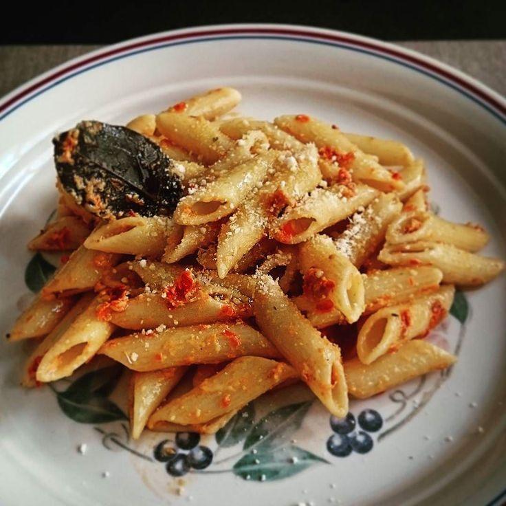 #macarrones con #pesto (#pestorosso)  #pestopasta   elreceton.com #elreceton  #foodlovers #foodpic #foodie #foodporn #foodgasm #instafood  #pasta #penne #comidita rica!