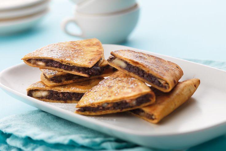Recept för supersmarriga chocodillas där mörk choklad och banan har fått smälta samman i stekt tortillabröd.